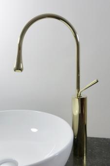 Hohe Design Armatur für große Aufsatz Waschbecken gold
